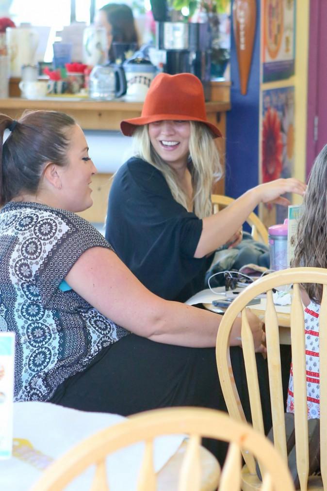 """Kaley Cuoco et des amies dans la boutique de poterie """"Color Me Mine"""" à Studio City, le 5 janvier 2014."""
