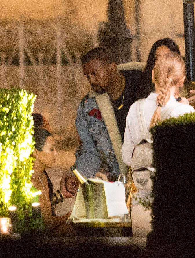 Kanye West en pleine conversation avec sa belle soeur Kourtney Kardashian à Paris le 29/09/16