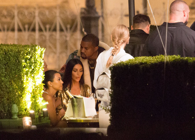 Les yeux sont rivés sur la table du clan Kardashian pour l'after show à Paris le 29/09/16