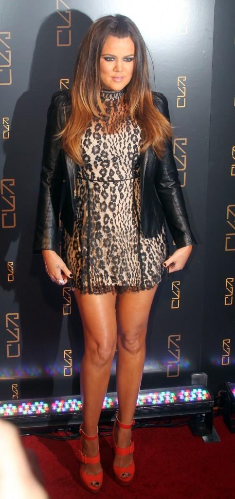 Très courte cette jupe pour Khloe !
