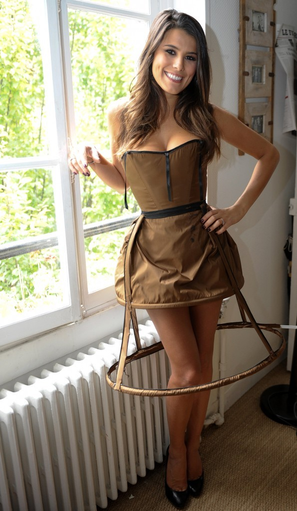 photos karine ferri en plein essayage de robe. Black Bedroom Furniture Sets. Home Design Ideas