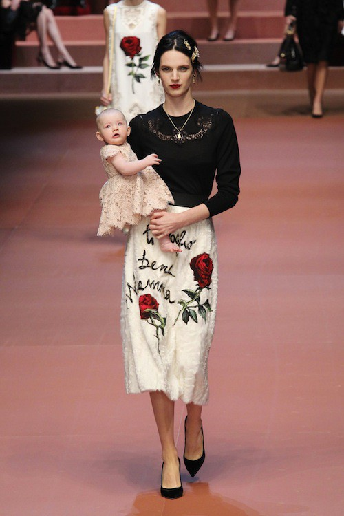 Ashleigh Goog défile avec son bébé pour Dolce & Gabbana le 1er mars 2015 lors de la Fashion Week de Milan