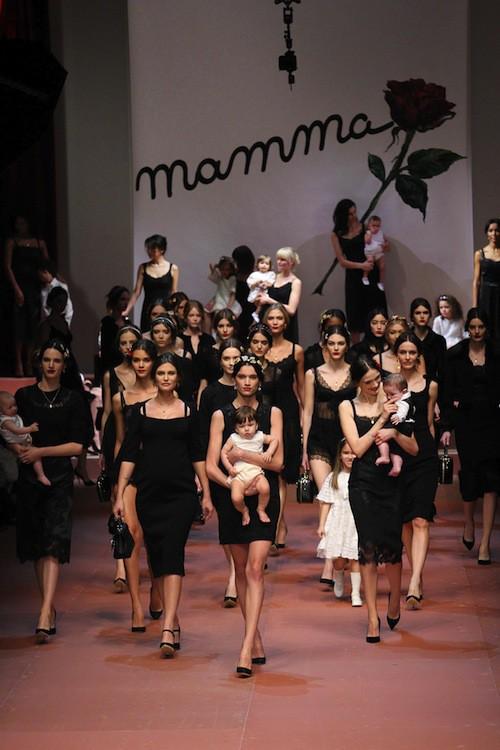 Bianca Balti (au centre) défile pour Dolce & Gabbana le 1er mars 2015 lors de la Fashion Week de Milan
