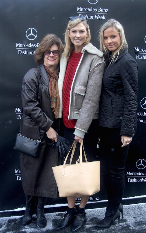 Karlie Kloss avec sa soeur et sa mère avant le défilé Naeem Khan à New York, le 17 février 2015
