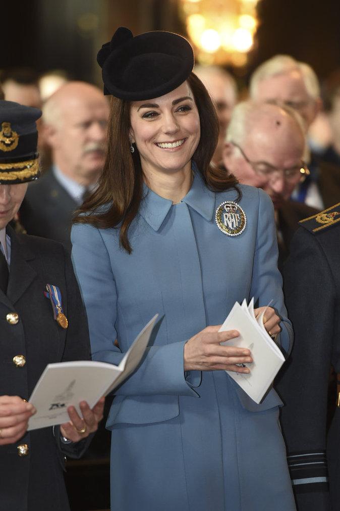 Photos : Kate de Cambridge : élégante et souriante pour saluer les jeunes recrues de l'armée de l'air