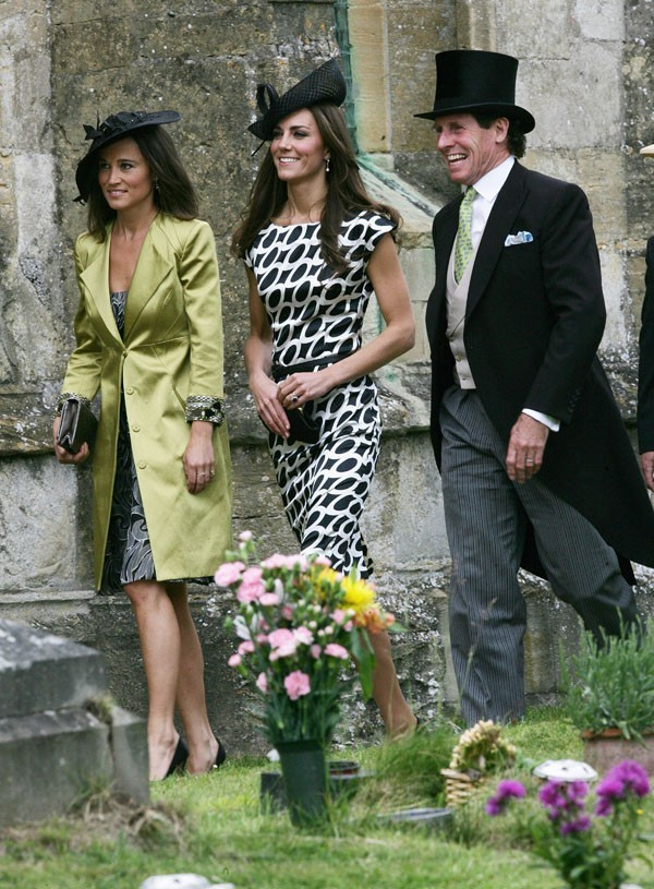photos kate et pippa middleton au mariage d un ami qui est la plus jolie. Black Bedroom Furniture Sets. Home Design Ideas