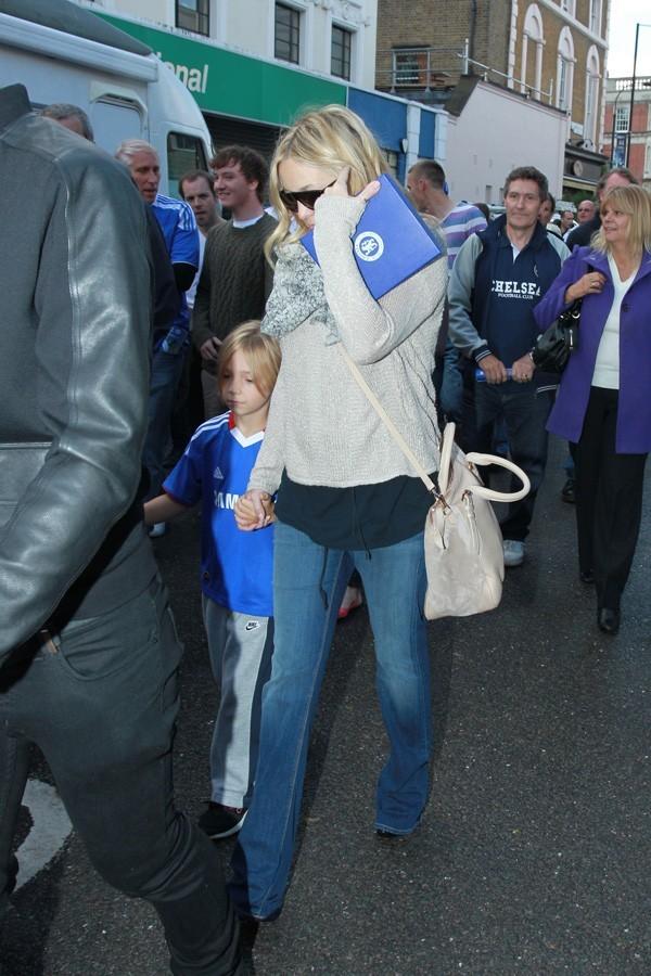 La jeune maman rentre à nouveau dans ses jeans...