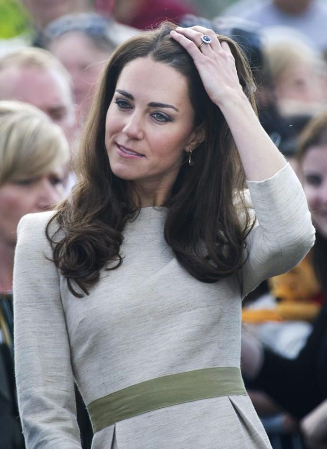 Kate Middleton prise la main dans les cheveux...