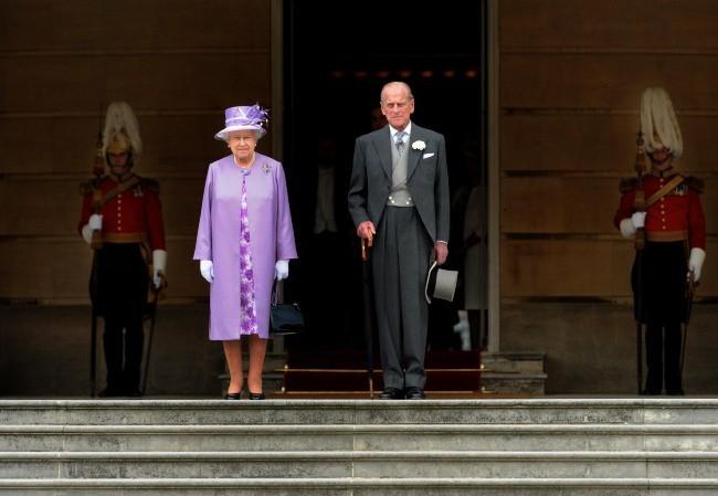 """La reine Elizabeth II et son époux le duc d'Edimbourg lors d'une """"garden party"""" à Buckingham Palace, le 29 mai 2012."""