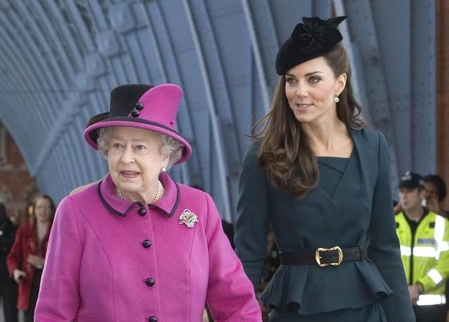 La reine Elisabeth II et Kate Middleton à Londres, le 8 mars 2012.