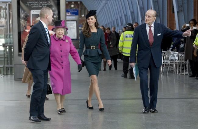 La reine Elisabeth II, Kate Middleton et le duc d'Edimbourg à Londres, le 8 mars 2012.