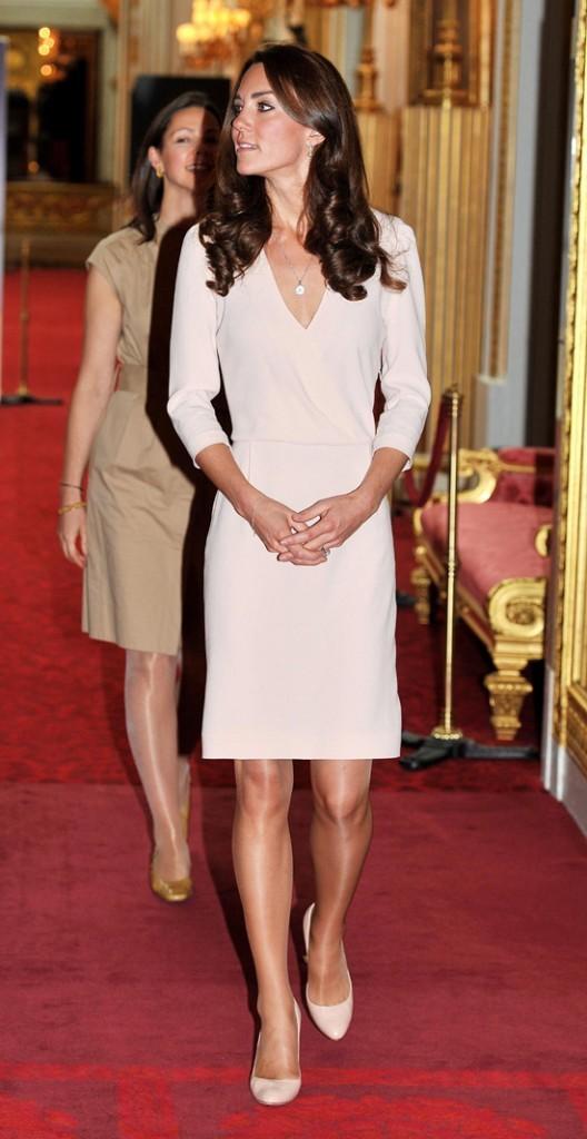 Kate sublime en robe claire !