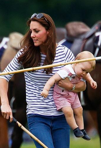 Kate Middleton et le Prince George à Cirencester le 15 juin 2014