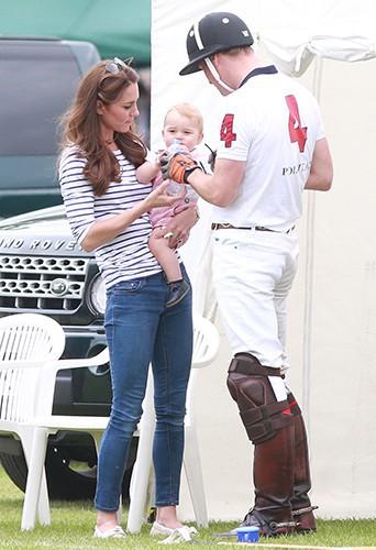Kate Middleton, le prince George et le prince William à Cirencester le 15 juin 2014