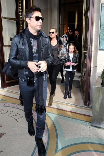 Kate Moss, Jamie Hince et Lila-Grace à Paris le 6 mars 2013