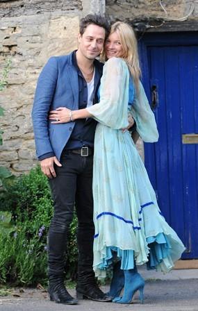 Kate Moss et Jamie Hince prennent la pose lors de leur dîner de répétitions de mariage au pub The Swan à Southrop , le 30 juin 2011.