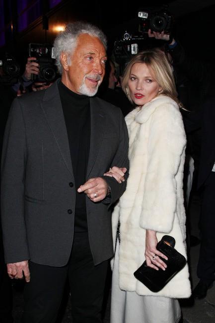 Kate Moss et Tom Jones lors de la soirée d'anniversaire des 60 ans du magazine Playboy à Londres, le 2 décembre 2013.