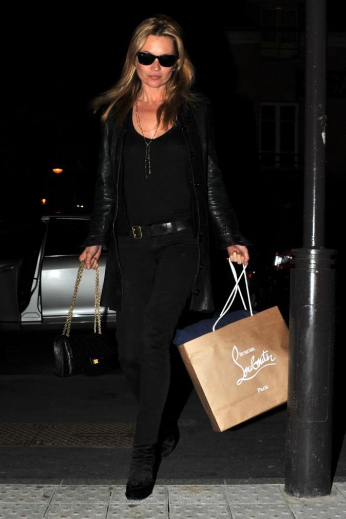 Kate Moss, toujours en noir, en mars 2011