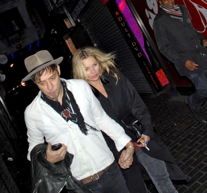 Kate Moss et Jamie Hince à la sortie d'unbar de Londres hier soir !
