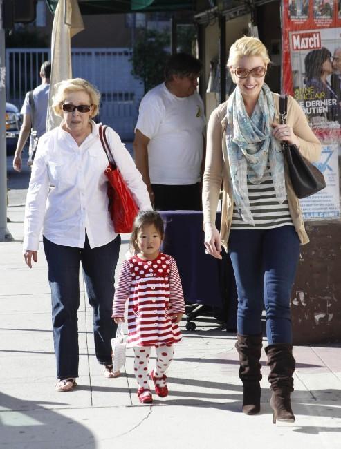 Katherine Heigl avec sa maman et sa fille à Los Angeles, le 27 novembre 2011.