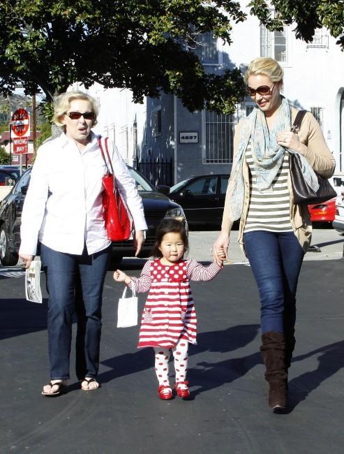 Katherine Heigl en famille à Los Angeles, le 27 novembre 2011.