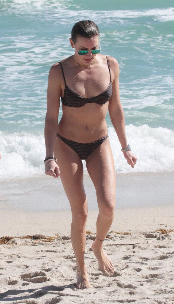 Katie Cassidy se la joue bombe atomique à Miami
