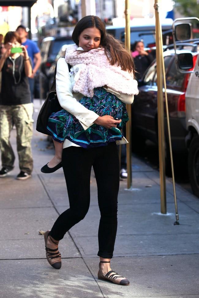 La petite Suri ne veut pas quitter les bras de sa maman !