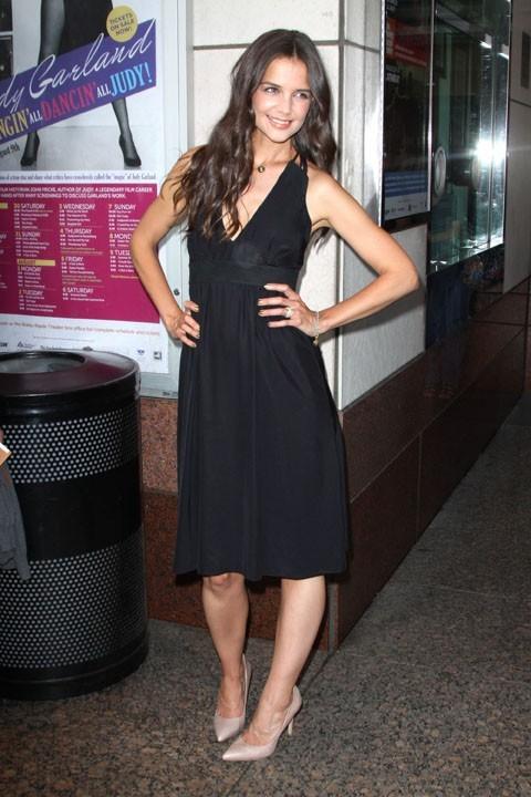 Katie Holmes, près d'une poubelle et dans un look des plus simples...