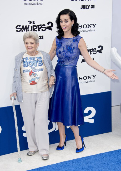 Katy Perry et sa grand-mère Ann à la première des Schtroumpfs 2 à Westwood, le 28 juillet 2013.