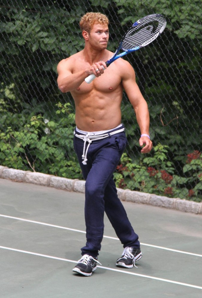 Le tennis décontracté version Kellan Lutz !