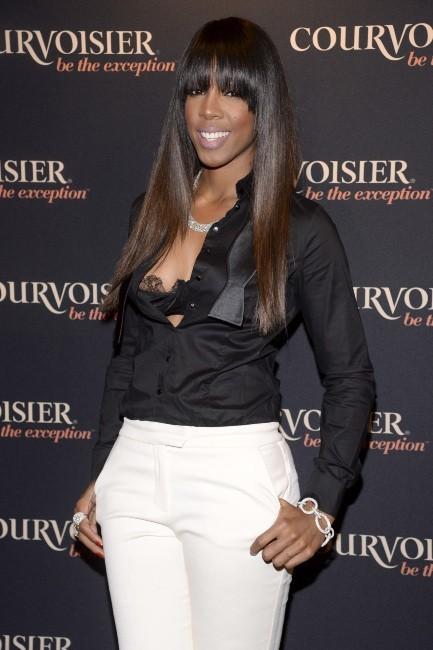 Kelly Rowland montre son soutien-gorge à la soirée Courvoisier