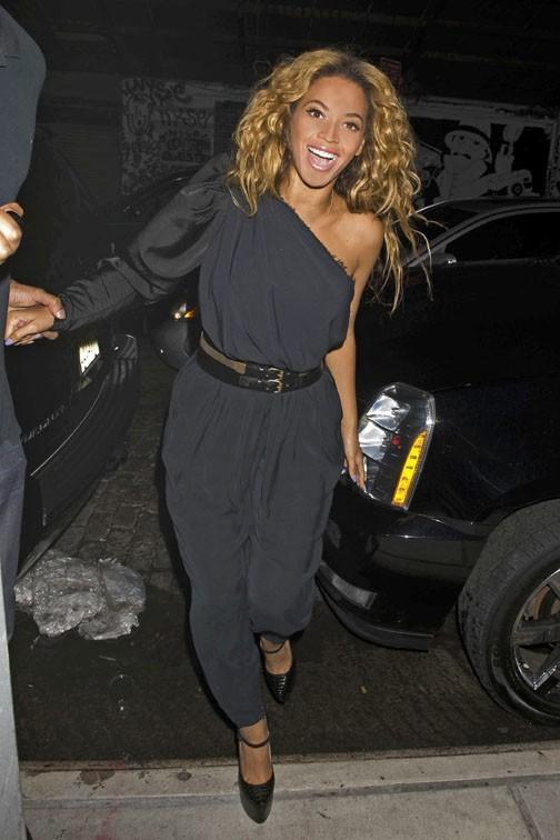 Beyoncé arrive dans la joie et la bonne humeur à la soirée de Kelly !
