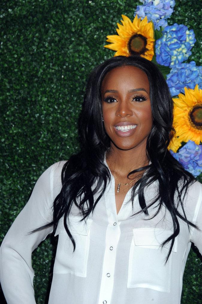 Kelly Rowland : sublime en blanc, elle chante pour les enfants de New York