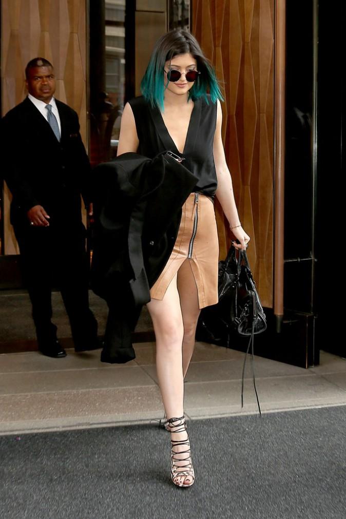 Photos : Kendall et Kylie Jenner : toujours en promo… poitrine en vue pour la top !