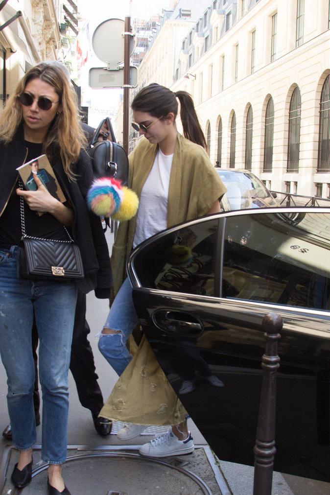 Kendall Jenner devant Chanel à Paris le 20 avril 2016