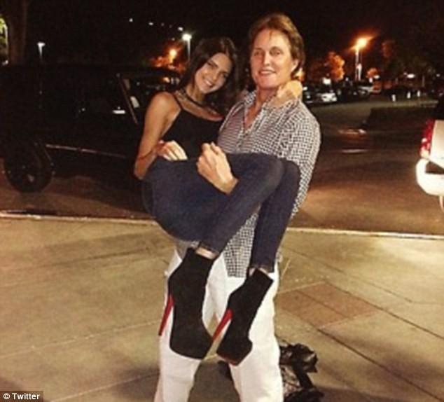Vu les talons on comprend pourquoi Bruce porte sa fille !