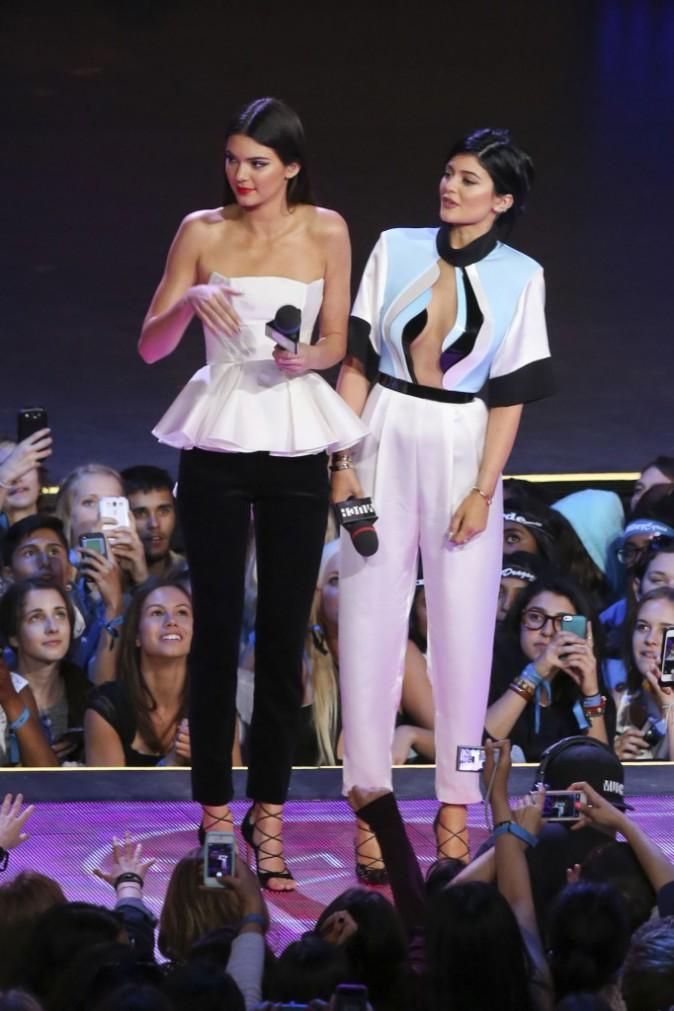 Photos : Kendall Jenner : elle se rhabille pour monter sur scène tandis que sa soeur dégaine un décolleté vertigineux !