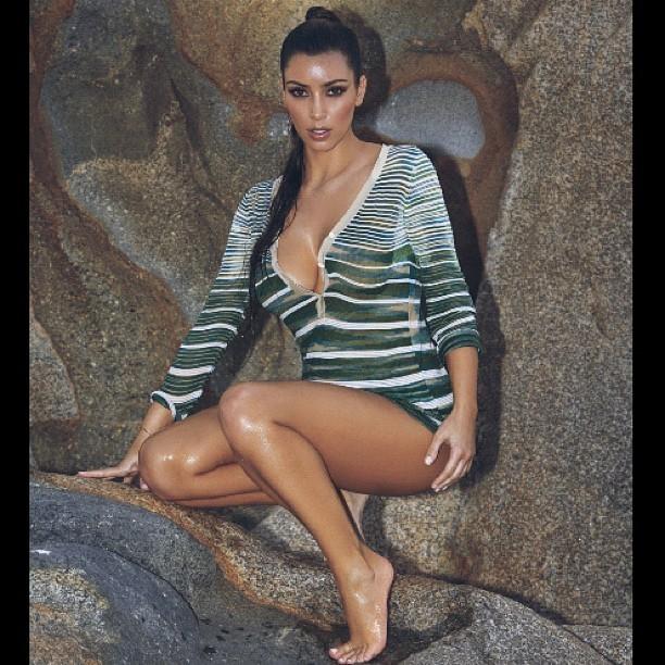 Sexy Kim prend la pose