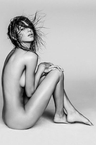 Photos : Kendall Jenner : la starlette se découvre pour un nouveau shooting !