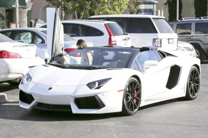 Photos : Kendall Jenner : tout sourire pour profiter de la Lamborghini de son beau-frère !