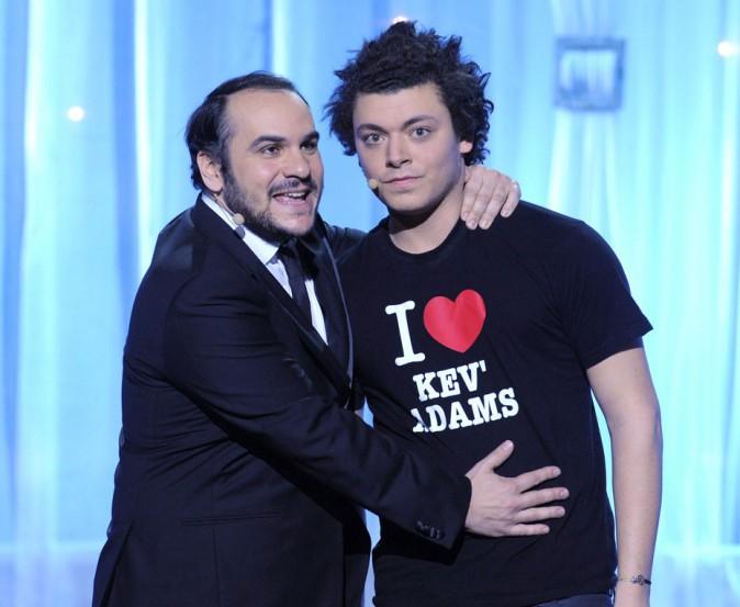 Kev Adams sur scène avec François-Xavier Demaison
