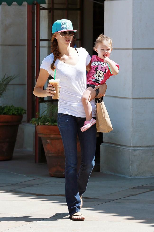 Victoria Federline et sa fille Jordan Kay à la sortie d'un Starbucks de Los Angeles le 13 août 2013