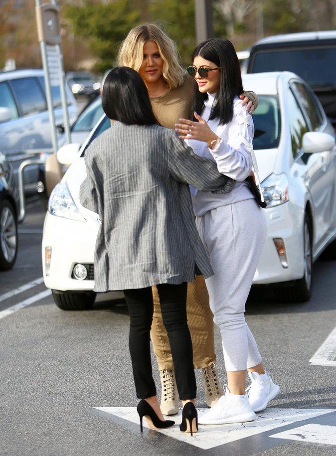 Khloe et Kourtney Kardashian pi�gent Kylie Jenner !