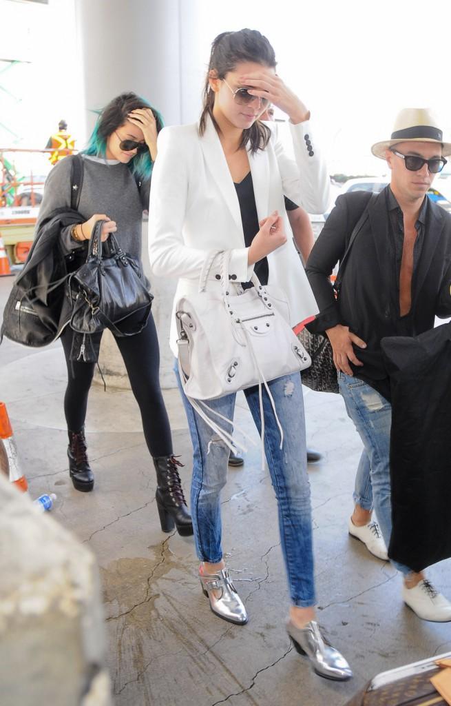 Kendall et Kylie Jenner en route pour Paris, le 19 mai 2014.