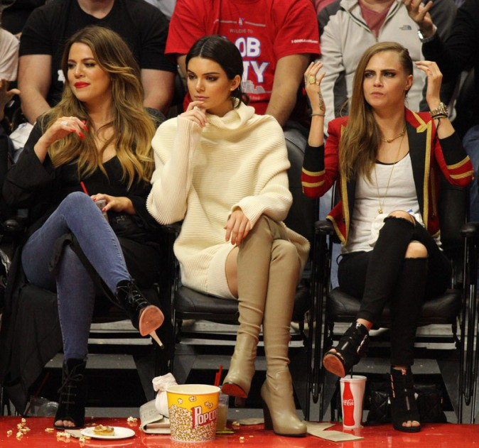 Khloé Kardashian, Kendall Jenner et Cara Delevingne au Staples Center de Los Angeles le 7 janvier 2015