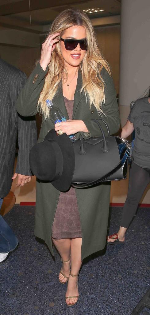 Khloé Kardashian : l'art de signer des autographes sans regarder...