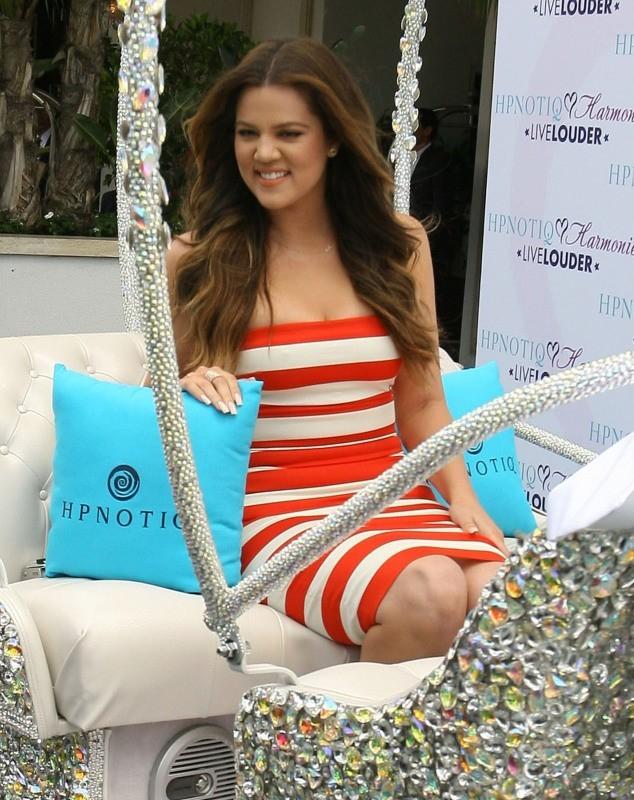 Khloe Kardashian, tout sourire pour promouvoir la liqueur Hpnotiq
