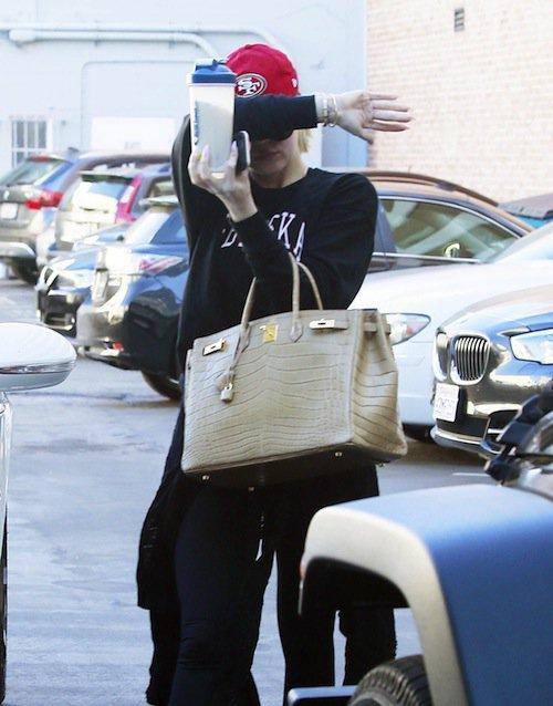 Photos : Khloe Kardashian : timide dans la rue, elle dévoile son booty XXL sur Instagram !