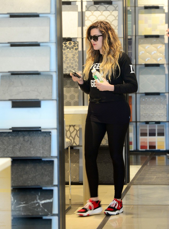 Khloé Kardashian en virée shopping avec sa maman à Los Angeles le 24 avril 2014