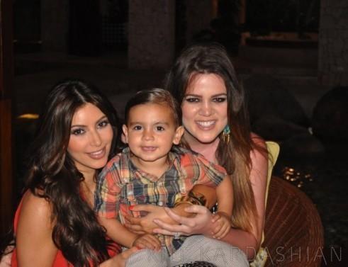 Kim et Khloe Kardashian avec leur neveu Mason lors d'une soirée en République Dominicaine...